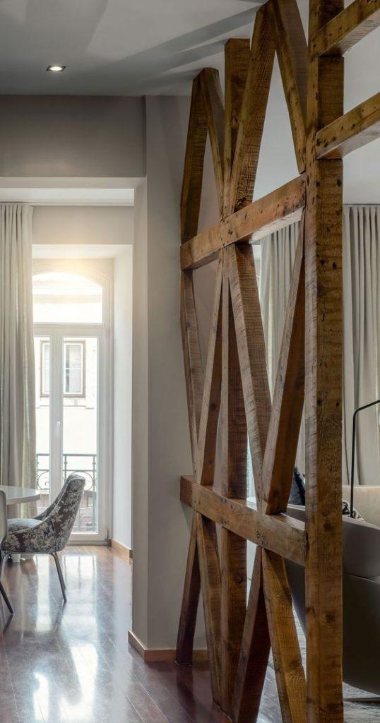 ξύλινα-δοκάρια-διαχωριστικά-εσωτερικού-χώρου-538×1024
