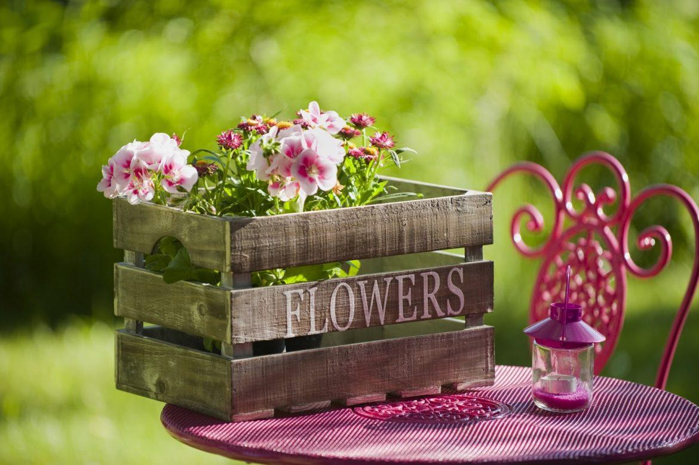 20d20035e130 10 φανταστικές ιδέες για να διακοσμήσεις τον κήπο σου με απλά υλικά ...